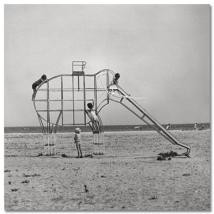 Elephant slide. Girona, 1975. Francesc Català-Roca.