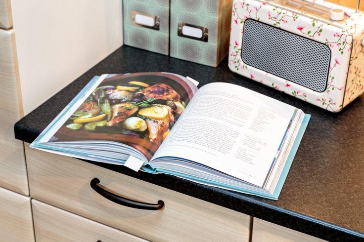 Radio och kokbok, två givna detaljer i ett trevligt kök.