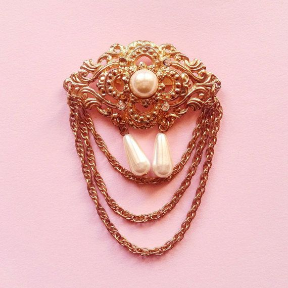 Broche vintage ornements et chainette en métal par Lechapeaumagique