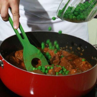 Σκεπάζουμε και σιγομαγειρεύουμε, μέχρι να μαλακώσει το κρέας, για 2 περίπου ώρες. Αποσύρουμε την κατσαρόλα από τη φωτιά και προσθέτουμε τον αρακά.