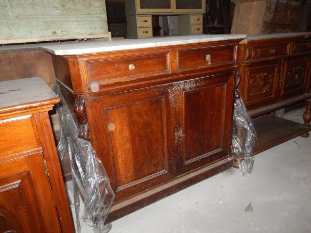 Credenza realizzata verso la fine dell' '800 in noce, con piano in marmo e con cassetti. Da restaurare.