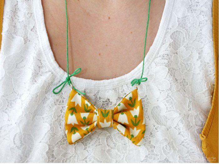 Lu laat je zien hoe je eenvoudig een mooie ketting met een stoffen strikje zelf maakt. De halsketting is geweldig als geschenk of als detail bij je eigen outfit.