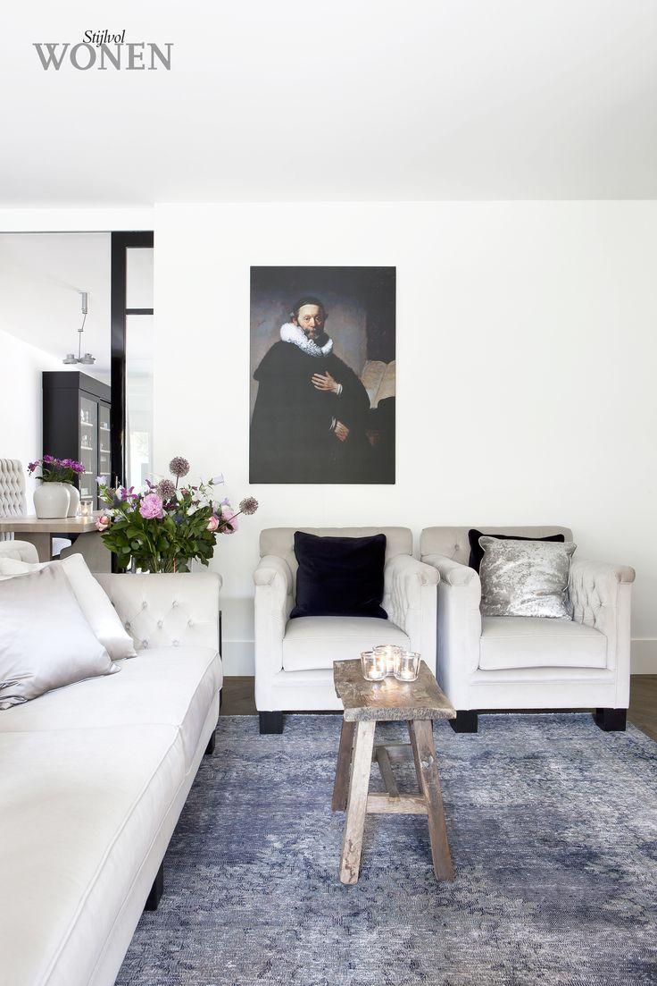 Stijlvol Wonen: het magazine voor warm-hedendaags wonen - ontwerp: Interiors DMF - fotografie: Anneke Gambon #zitkamer #krukje #blackwhite #kunst #stalendeuren