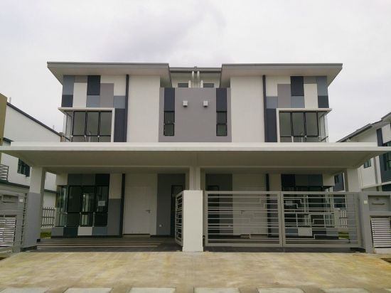 Jurgita eid jien semi detached cluster house setia alam for Modern detached house design