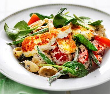 Krämig pasta med halloumi och tomat, ett snabblagat recept med vinnande ingredienser som vitlök, härlig ost och pasta, gärna gnocchi. Den smakrika såsen kryddas med persilja, basilika, salt och peppar och en fantastisk doft sprider sig i köket! Blanda såsen med pastan och toppa med halloumi.