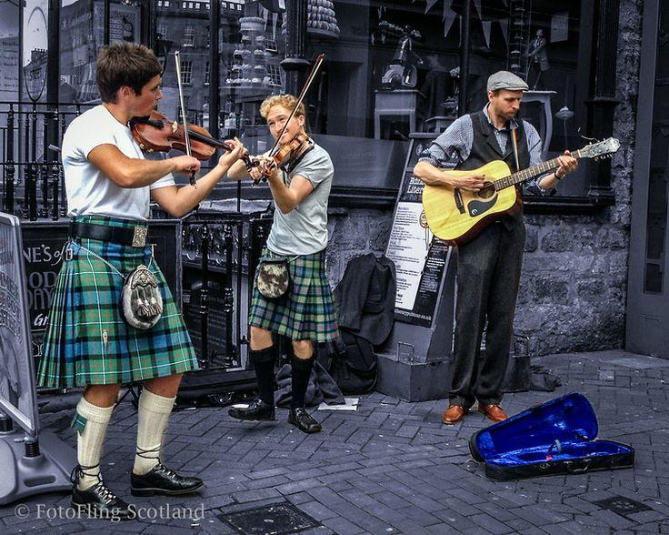 Street musicians entertain a tourist-packed Bank Holiday Weekend Rose Street, Edinburgh, Scotland.