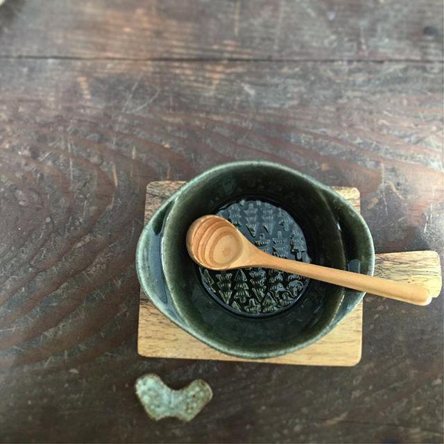 【pocheutuwa】さんのInstagramをピンしています。 《森のシリーズでグリーンが一番すきかも・・ 木のトレイやスプーンともとても良く合います。温かいスープが飲みたくなる器です。  #よしざわ窯#うつわ#森#益子焼#益子#益子焼き#よしざわ陶器#器#キナリノ#スープボウル》