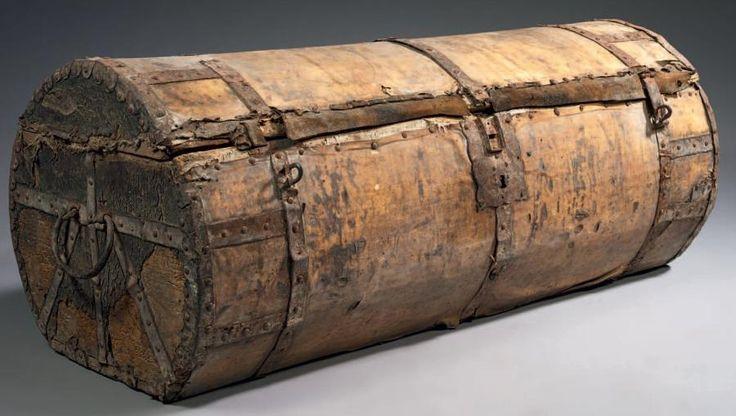 RARE MALLE DE VOYAGE Armature de bois, peau et cerclage de fer H: 47 cm