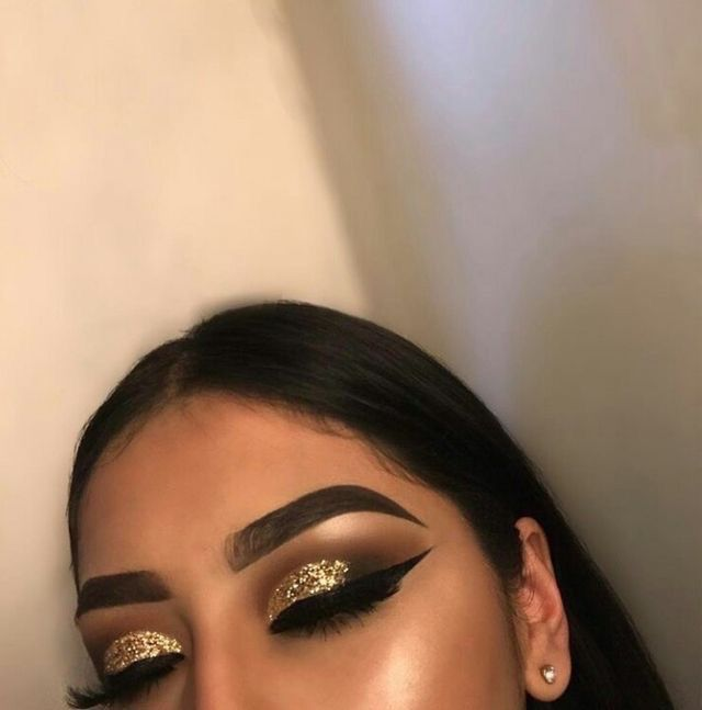 Lush Gold sparkly eye makeup look