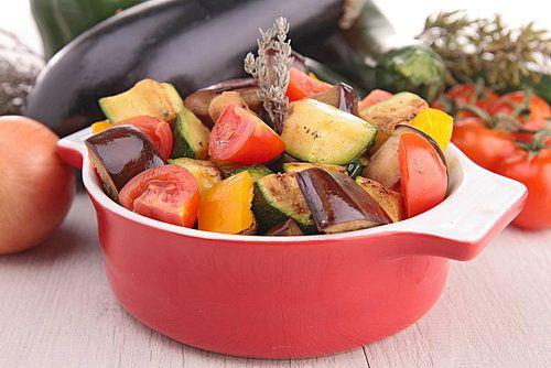 Ratatouille – dat heerlijke Franse groentegerecht - zorgt in één klap voor een flinke portie groente op je bord. Bereid deze groentestoofschotel eens in de oven. Heel gemakkelijk! Maak lekker veel (het dubbele recept kan ook), zodat je een lekker hapje voor de volgende dag overhoudt.