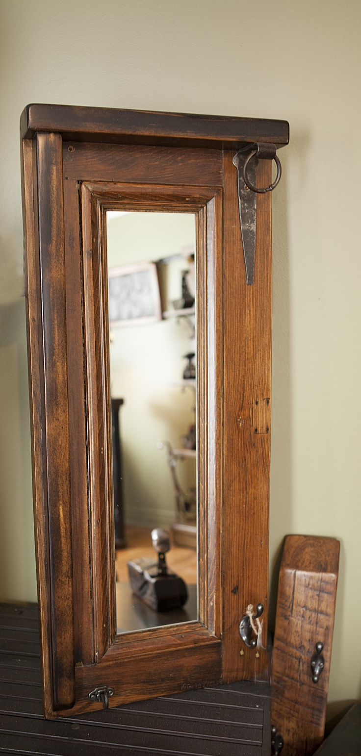 J'ai fabriqué ce miroir patère à partir d'une section de vieille porte récupéré.