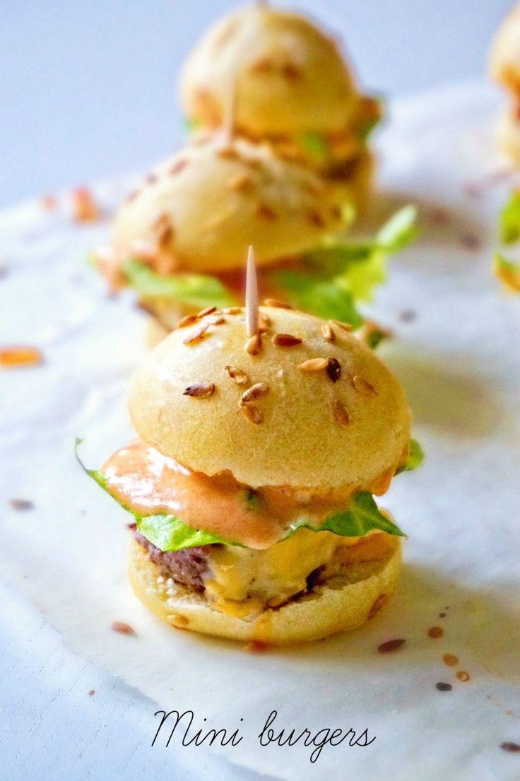 Voici la dernière recette de mon repas américain, des mini burgers classiques, au boeuf et au cheddar. Avec une sauce burger maison siouplait Pour les...