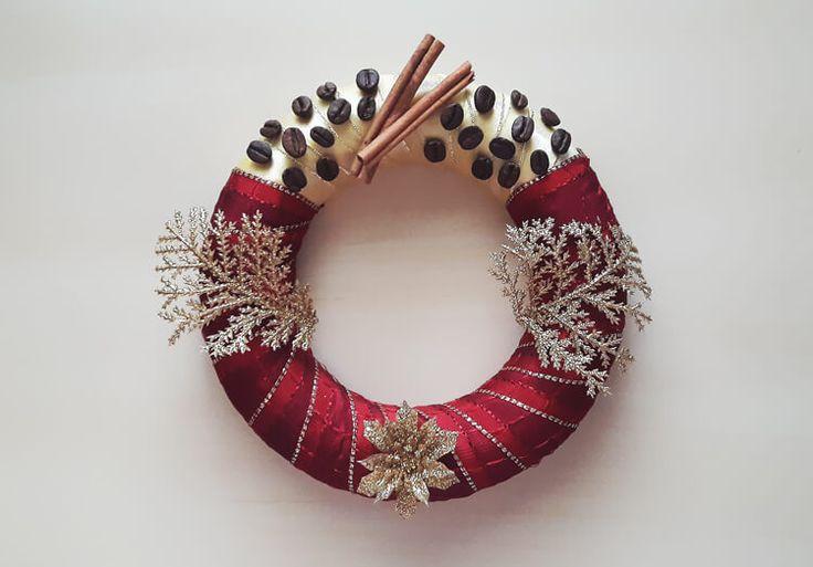 Karácsonyi ajtódísz fahéjjal, kávészemekkel http://legjobbkave.hu/karacsonyi-ajtodisz-fahejjal-kaveszemekkel/