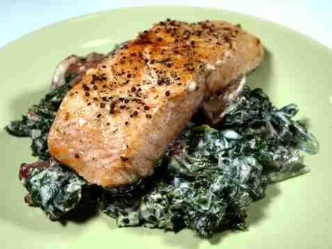 Bilde av Stekt fisk med stuet grønnkål.