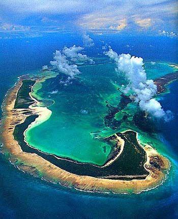 Seychelles (Pays indépendant depuis 1976)  115 îles, plus de 75 km de corail autour.  455 km² de terre au total  1.4 million de km² d'eau    Raison d'y aller: Plages, côté naturel, très calme, beaucoup de croisières, paysage unique, sanctuaire d'espèces endémiques.     La moitié du territoire est protégé par des PN.    On peut y voir le coco de mer, un arbre unique, 2 oiseaux les plus rares au monde et la plus petite grenouille jusqu'à la plus grosse tortue.