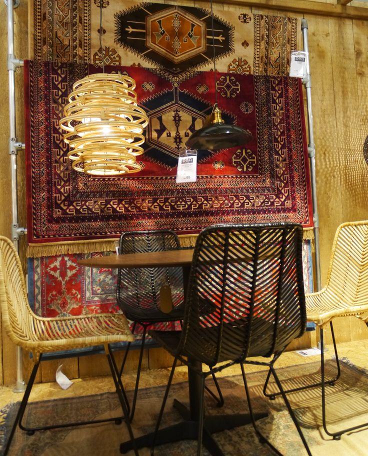 Rieten stoelen aan ronde eetkamertafel met prachtige hangende Perzische tapijten. Zen Lifestyle is gevestigd in Wijchen bij Nijmegen en heeft showroom van 10.000 m². Natuurlijk vind je in onze winkel onze eigen producten, zoals ons aanbod vintage en retro banken, onze topsellers, zoals het vintage tv-dressoir Stan. Maar ook hebben wij de mooie collectie van Zuiver en Duchtbone en vind je er nog veel meer topmerken, zoals Be Pure, JouwMeubel, UrbanSofa, Fatboy, Makkii, Woood etc.
