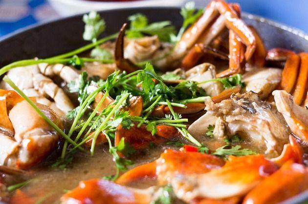 Condimente alese, peşte proaspăt, verdeaţă, legume – ingrediente savuroase pentru un preparat delicios, pe care trebuie să-l încerci şi tu: saramură de crap.