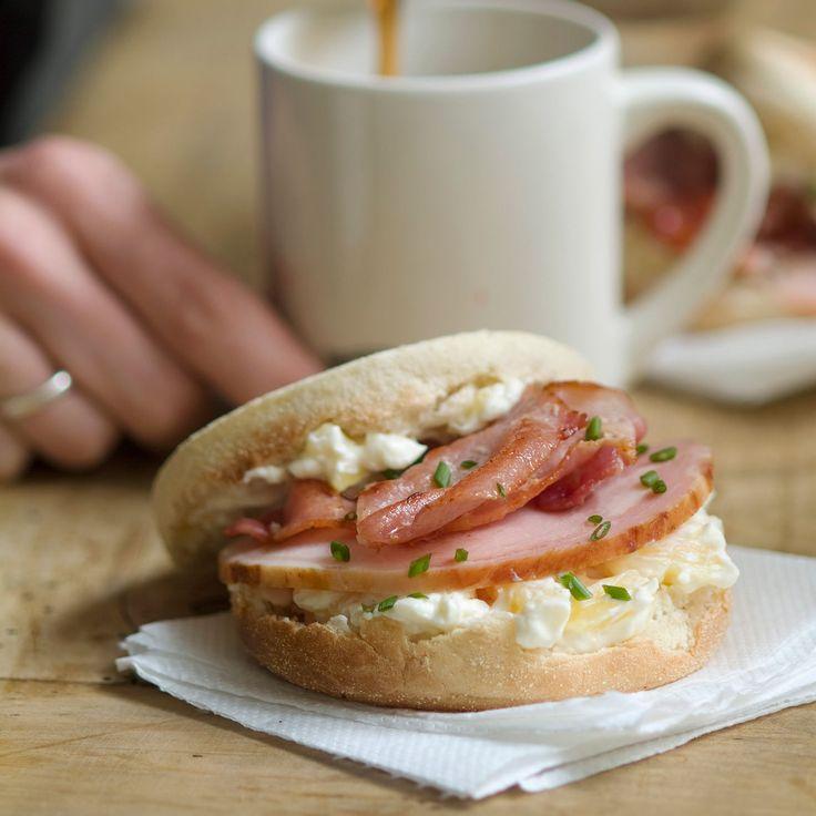 Découvrez la recette Sandwich original muffin, bacon et cottage cheese sur cuisineactuelle.fr.