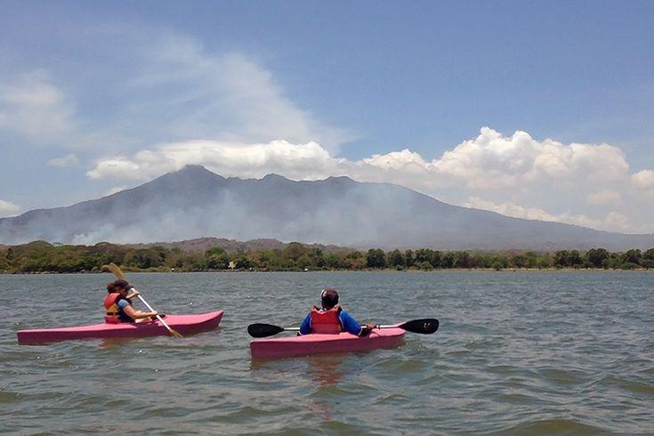 Kayak sur le lac Nicaragua devant le volcan Mombacho