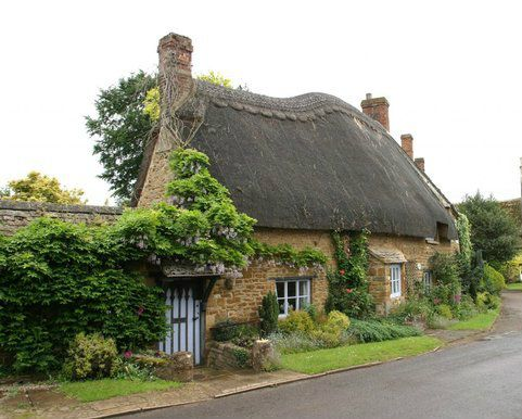 pagewoman: Thatched Cottage, Hook Norton, Oxfordshire, England (by Richard Saker) — FUCKITANDMOVETOBRITAIN