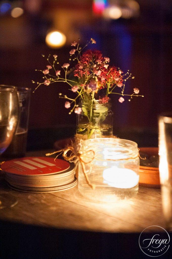 Tafel decoratie met drijfkaarsjes | Jute en kant bruiloft | http://www.trouwfotografiefreya.nl/real-weddings/jute-en-kant-bruiloft/ | burlap and lace DIY bride wedding styling | table decoration floating candles