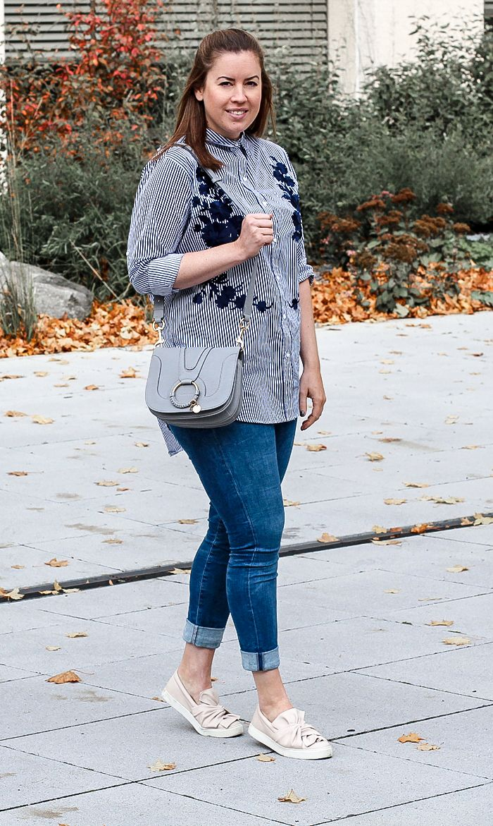 blau gestreifte Bluse mit Stickerei - LA MODE ET MOI - Bluse mit Stickerei, blau gestreifte Bluse, Zara-Bluse, Modeblog, See by Chloe Tasche, Slip Ons, Bow Slip Ons