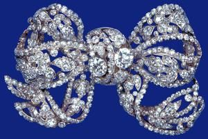 THE DORSET BOW BROOCH A wedding present to Queen Mary in 1893 from the County of Dorset, and from Queen Mary to Princess Elizabeth in 1947.