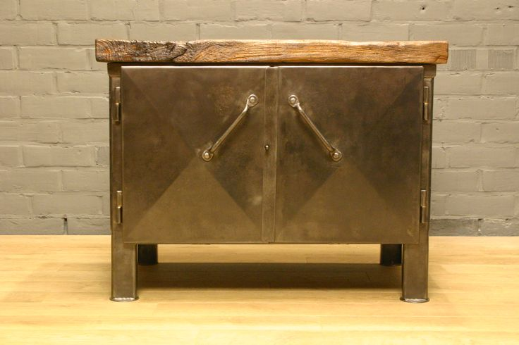 Zeer mooie volledig gerestaureerde vintage metalen industriele kast met origineel massief eiken topblad.  Verry nice completely restored vintage metal industrial cabinet with original massif oak top.  SOLD!