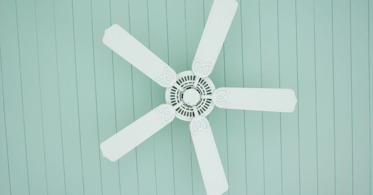 ¿Qué hacer con ruidos en un ventilador de techo?. Los ventiladores de techo están construidos con un motor que hace girar las aspas con rulemanes. Los cojinetes proporcionan muy poca fricción y ruido a medida que las cuchillas giran, haciendo que el ventilador sea silencioso y eficiente por largos períodos de tiempo. Sin embargo, los rodamientos se desgastan y la lubricación que utilizan para ...