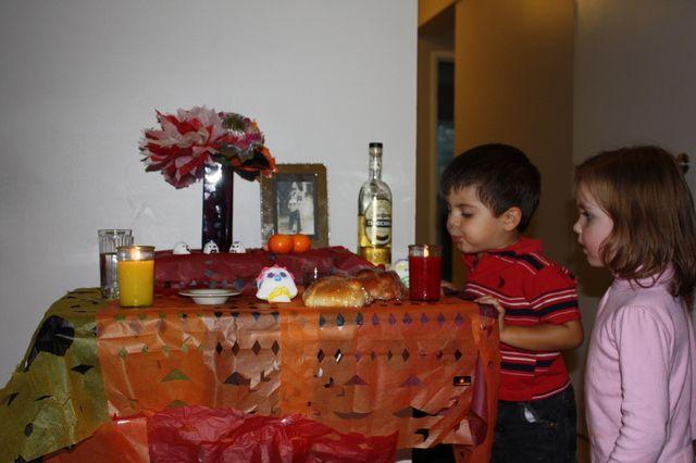 Día de muertos en México  El día de muertos, como se conoce popularmente, se practica en toda la República Mexicana y se conforma de dos fechas importantes:  El 1º de noviembre que es el Día de todos los santos, dedicado a los niños fallecidos, Y el 2 de noviembre que es el Día de los fieles difuntos, dedicado a los adultos.