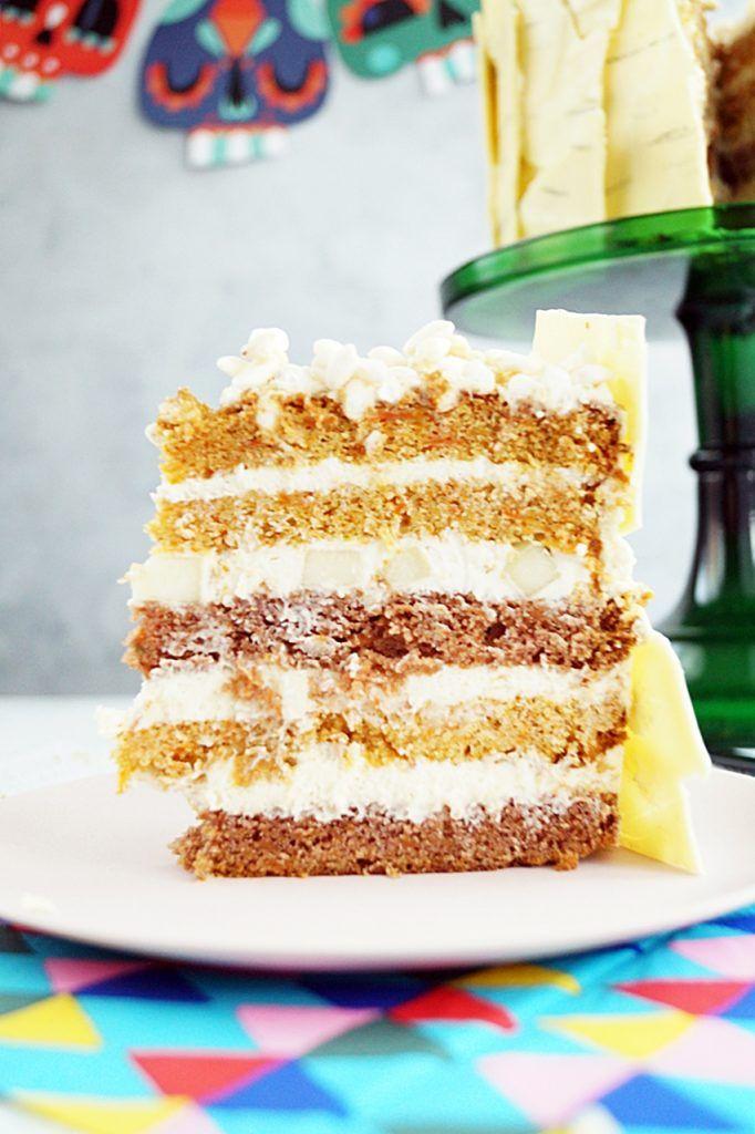 Tort marchew, gruszka i pietruszka jest zrobiony na bazie ciasta marchewkowego z palonego masła oraz kremu na białej czekoladzie.