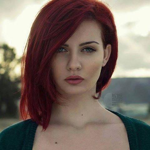 Ve kadın; Tanrı'ya ilk restini, siyah saçlarını kızıla boyayarak çekti..