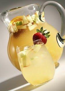un refresco típicamente madrileño: la limoná castiza o sangría blanca. Estooo...¿Cómo se hace este néctar, te preguntarás? Pueeees, toma nota.  Para un litro de vino blanco.    4 limones   1 palo de canela.   Trocitos de fruta (lo que mejor le va son los melocotones)  4 cucharadas de azúcar o incluso alguna más.   Hielo abundante o agua helada.  la fruta en cuadraditos, el palo de canela y el azúcar bien disuelta en el vino.