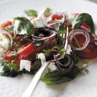 Tomatsalat med forårsløg, hvidløg og rødløg