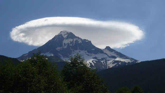 As nuvens Lenticulares sobre o Monte Olimpo: nuvens fixas em forma de lentes que se formam na troposfera. Por causa de sua forma, elas foram oferecidas como uma explicação para alguns avistamentos de OVNIs. | 30 fenômenos naturais que você não vai acreditar que realmente existem
