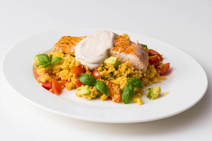 Gezond Diner recept: Couscous met zalm en groente : Een gerecht met couscous, gebakken zalm, avocado, cherrytomaten, limoen en basilicum, erg makkelijk te maken en healthy!