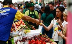Brasil, país da abundância. Box de frutas no Mercado Municipal de São Paulo, SP, Brasil. O mercado central da cidade é carinhosamente chamado de Mercadão.  Fotografia: Yuri Vasquez/Folhapress.
