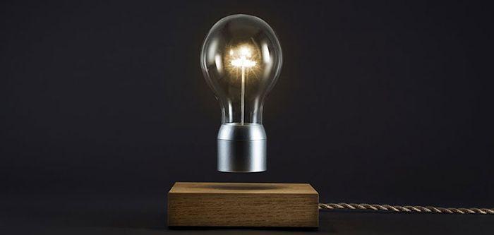 Flyte est une lampe très originale qui prend la forme d'une ampoule en lévitation. Ce rendu surprenant peut voir le jour grâce à un système qui utilise la sustentation magnétique qui permet à l'ampoule d'être totalement libérée des contraintes de la pesanteur. http://www.flyte.se/store/