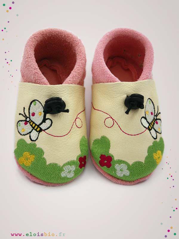 Chaussons  « Les papillons et la verdure » pour bébés et enfants. Ces chaussons sont réalisé en cuir écologique rose tendre et écru avec comme broderie de l'herbe fleurie et des papillons.
