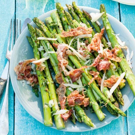 Geroosterde-aspergesalade met pancetta en pecorino - Smultip: deze salade is ook erg lekker met witte asperges. #zomer #salade #JumboSupermarkten