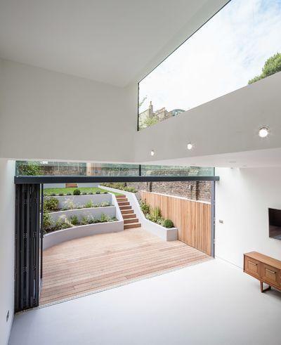 Keller mit hoher Decke und Fenster im Hinterhaus …