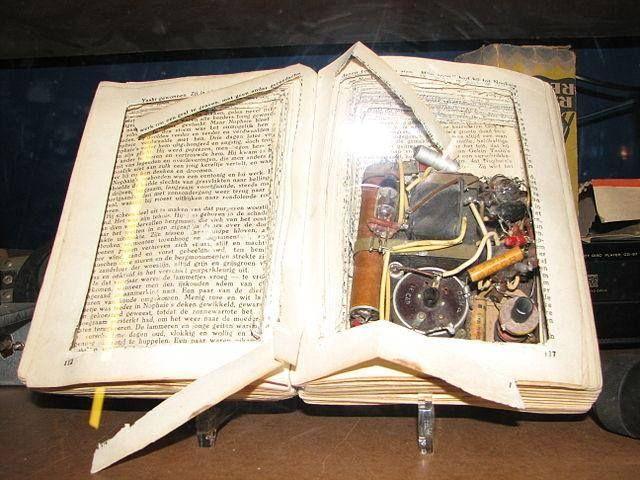 ραδιόφωνο κρυμμένο μέσα σε βιβλίο, μια τακτική που ήταν ιδιαίτερα διαδεδομένη κατά τη διάρκεια του 2ου Παγκοσμίου Πολέμου, με σκοπό να κρύψουν τα ραδιόφωνα από τους Γερμανούς κατακτητές