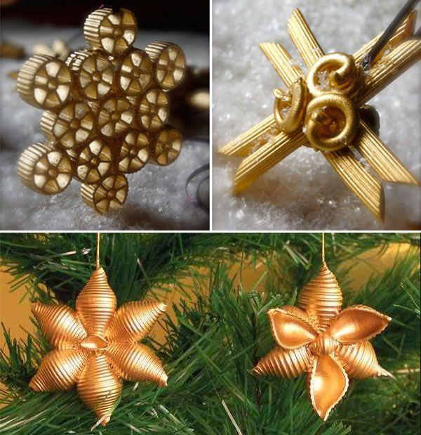 Ornamenti natalizi creati con pasta di vari formati