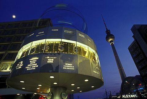 Reloj mundial en la plaza Alexanderplatz, Torre de televisión y la luna en el crepúsculo, distrito de Mitte, Alemania, Europa  Fotógrafo  Jurgen Henkelmann