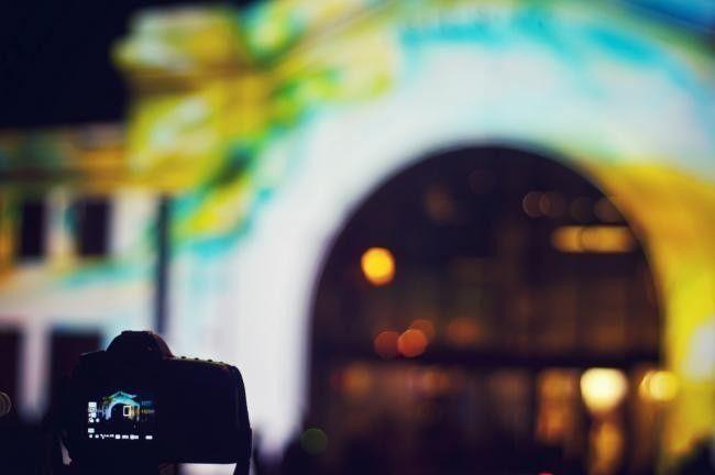 La fotografía nocturna quizá sea una de las disciplinas fotográficas más espectaculares. También, por otro lado, quizá sea una de las disciplinas que más distorsiona la realidad, en alguna de sus …