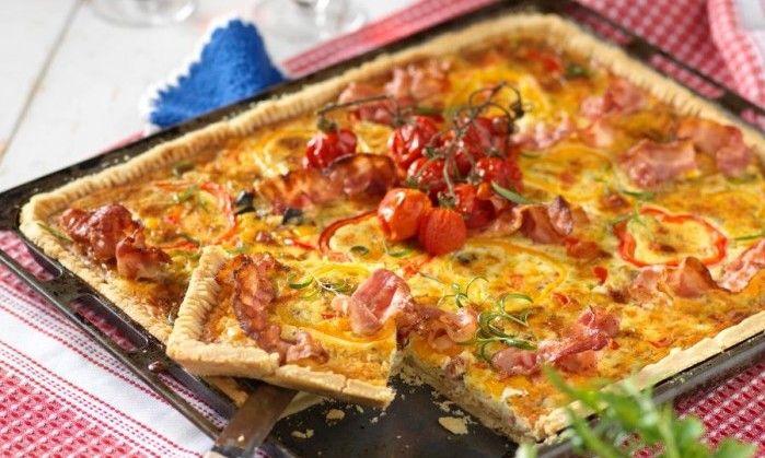 Paj i långpanna är perfekt när du väntar många gäster! Här en variant med härlig fyllning av bacon, paprika och purjolök.