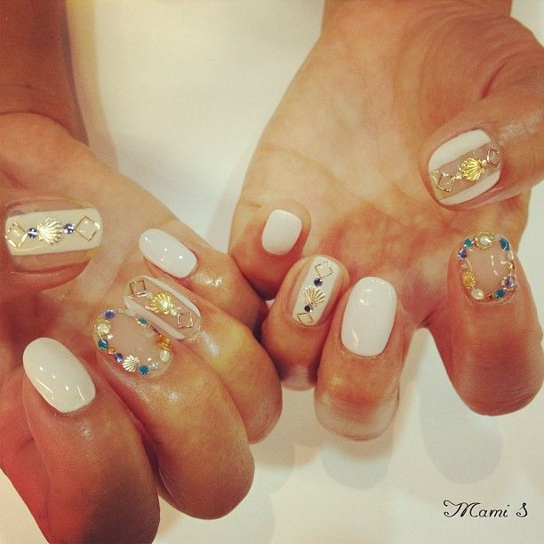 white and shell nail by mami sakuma