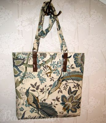 Väska gjord av loppisfyndat tyg. Bag made from recykled fabric.