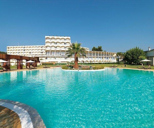 Jedan od tri otvorena bazena u hotelu Corfu Chandris. #travelboutique #Corfu #Krf #Greece #putovanje #letovanje #odmor