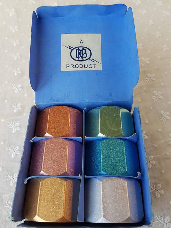 This is a gorgeous boxed set of 6 metal napkin rings in their original box. They are in excellent condition and retain their beautiful original metallic colours. The finish and colours of these octagonal napkin rings are stunning. The colours glisten. As well as napkin rings these